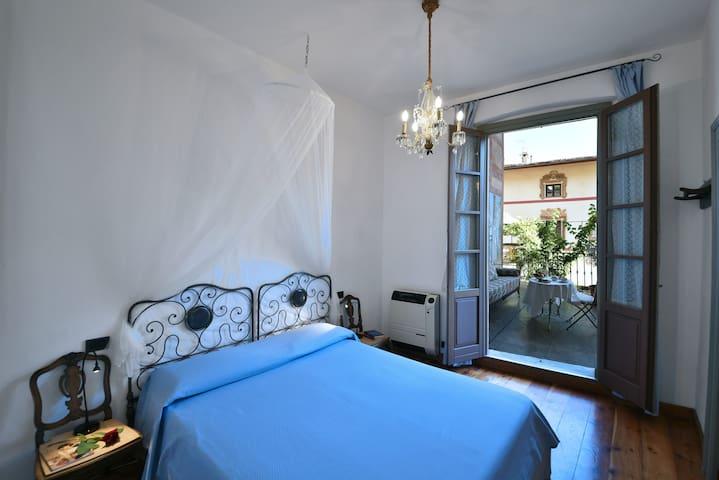 Camera da letto matrimoniale con accesso al terrazzo personale
