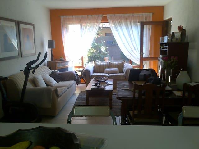 Secure, sunny two-bedroom flat - Johannesburg - Lejlighed