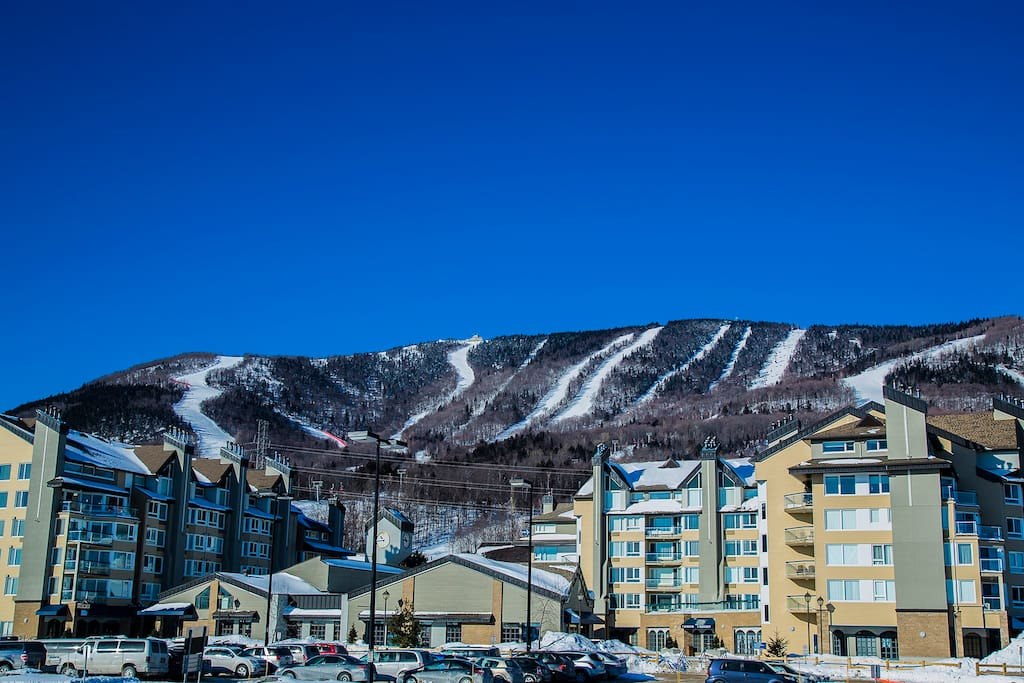 Nos studios au pied du Mont-Sainte-Anne, le meilleur endroit pour les skieurs! Our ski in/ski out studio at the base of Mont-Sainte-Anne. Perfect for skiers!