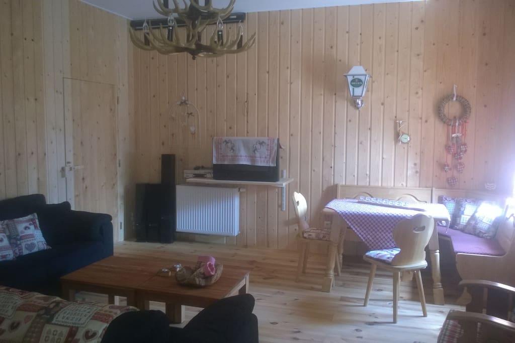 woonkamer, met zithoek en eethoek met 2 persoons slaapbank