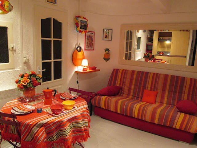 Jolie pièce à vivre aux couleurs catalanes! A nice colourful room with Catalan table cloth and napkins.