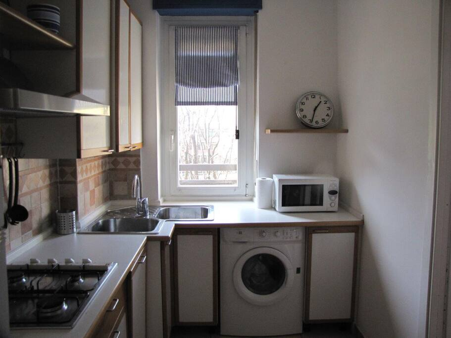 Nice and fully furnished eat-in kitchen / 요리기기가 완비된 유럽풍 키친
