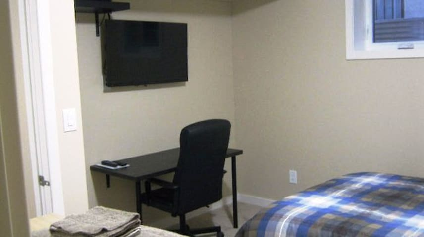 Basement Bedroom in Quiet Home 5015 BE