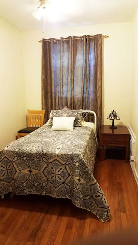 Beautiful cozy room in quiet house only for WOMEN