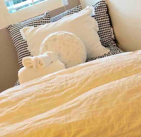 Down Right Shabby Chic Rm#2/Single bed