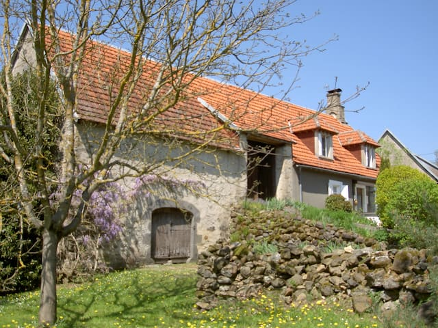 Authentic auvergnet farmhouse - Mauriac - Hus