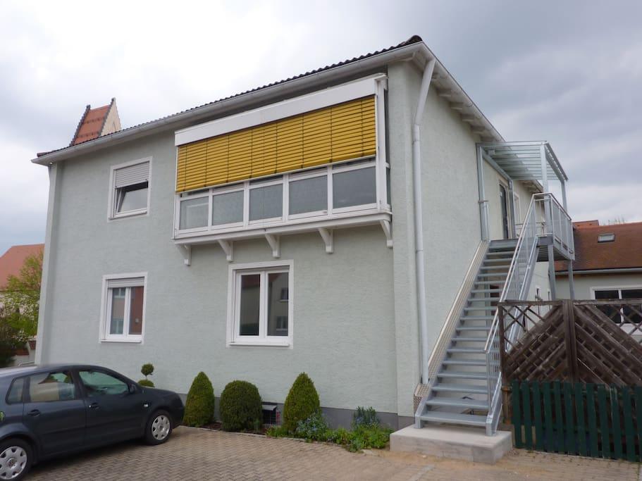 Das Zimmer befindet sich im ersten Stock in einer 4er Wg. Zugang über die Metalltreppe außen. Das Haus ist in hervorragenden Zustand und wird durch Solarenergie betrieben. Parkplätze für PKW direkt vor dem Gebäude vorhanden.