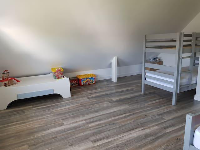 Chambre 4 1 lit superposé et 1 lit 1 personne soit 3 couchages de 90×190
