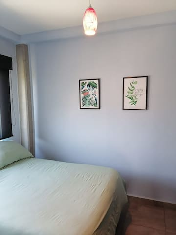 """Recamara 2 con cama matrimonial, closet, TV 32""""y aire acondicionado. Cortinas Black out y filtro solar"""