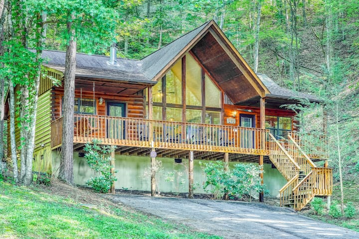 Beautiful mountain cabin w/ private hot tub, fireplace & shared pool!