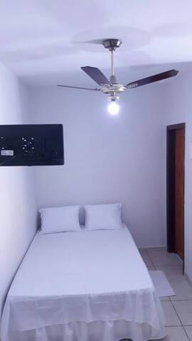 Cama de casal, ventilador de teto e tv  smart com wifi, Netflix e Prime Video.