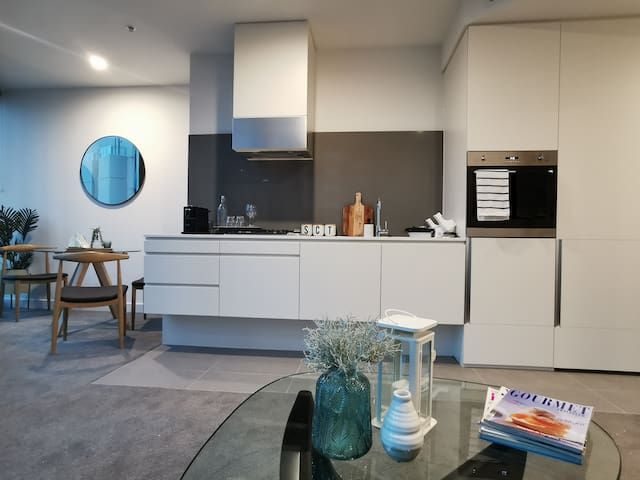 Bright modern and new 1 bed apt next to Crown
