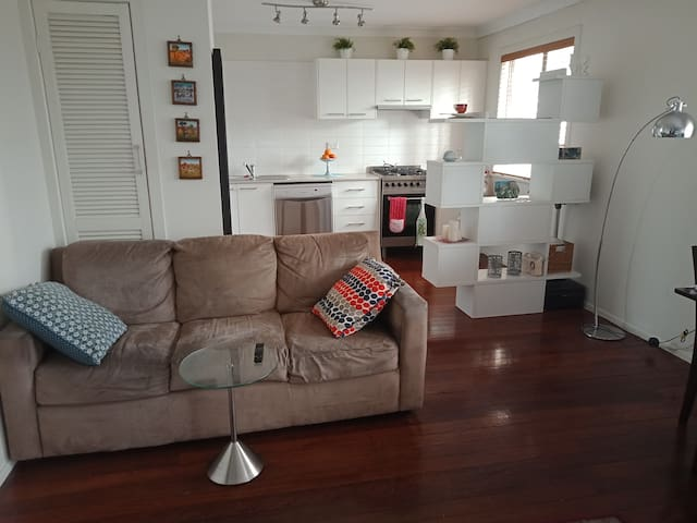 Large 1 bedroom entire flat close to train/tennis