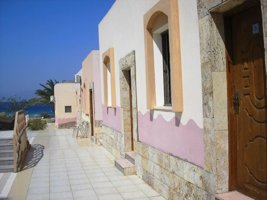 Rooms around the swimming pool