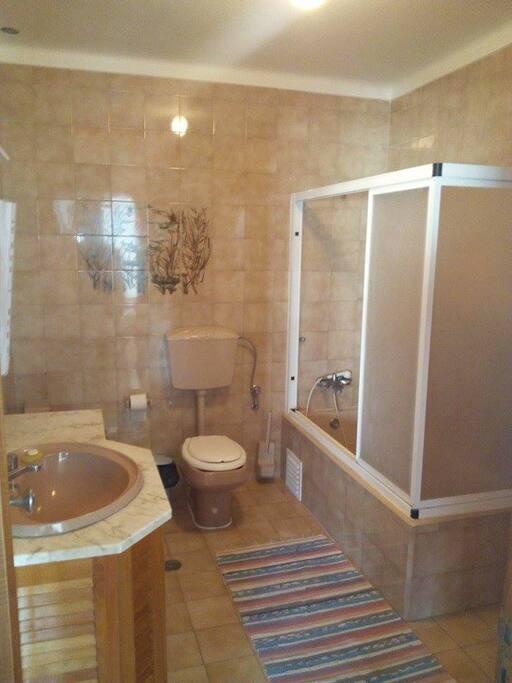 Casa de Banho com Banheira Partilhada