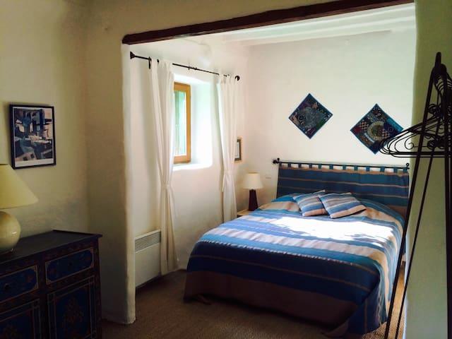 Chambre 1 Lit très confortable en mousse mémoire