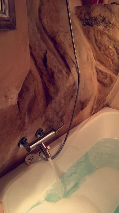 bath and shower in the rock | vasca e doccia privata