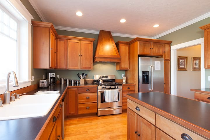 Lincoln House - American Foursquare Craftsman-quality home, spacious and light!