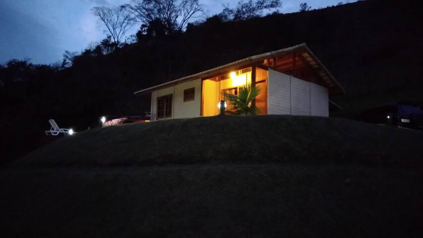 Vista  da casa  noturna.