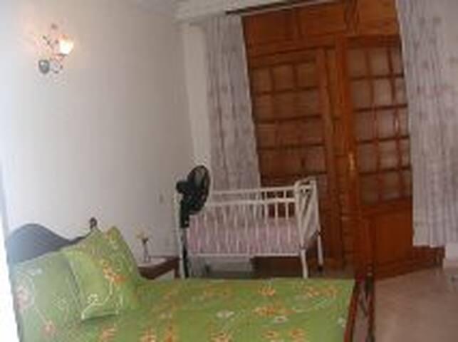 chambre à coucher + lit bébé et balcon