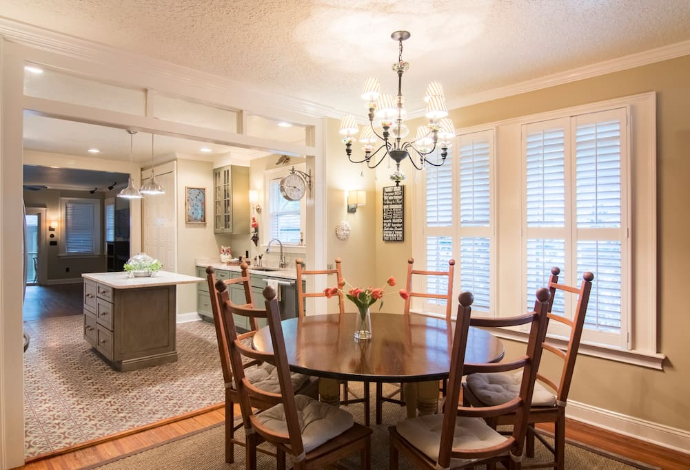 relaxing 6 person dining room area with hi speed wifi