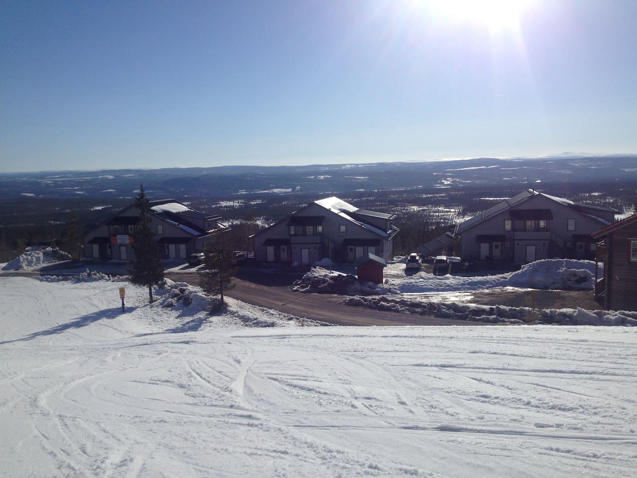 Åk ner till vägen, plocka av skidorna och ta några steg och du är inne i stugan!