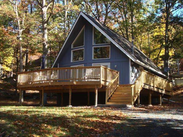 NEWLY Remodeled Chalet /HUGE deck - Bushkill - Rumah