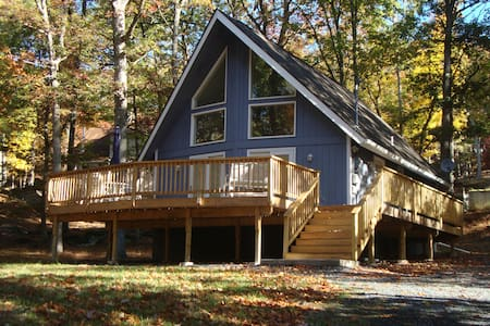 NEWLY Remodeled Chalet /HUGE deck - Bushkill - House