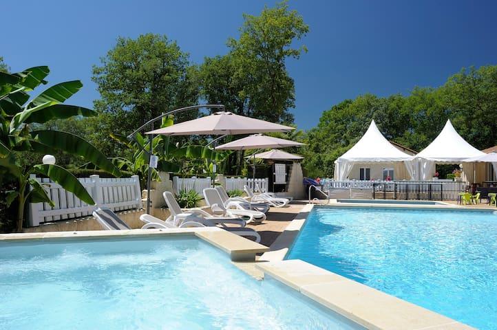 piscine chauffée du domaine avec jacuzzi