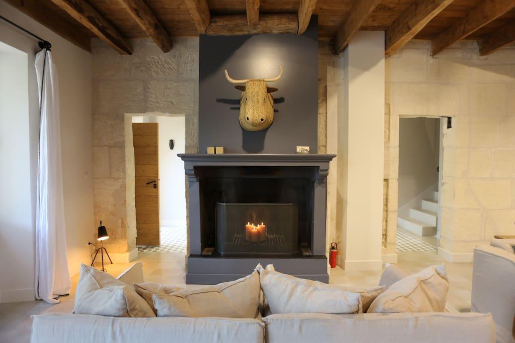 canapés lin près de la cheminée