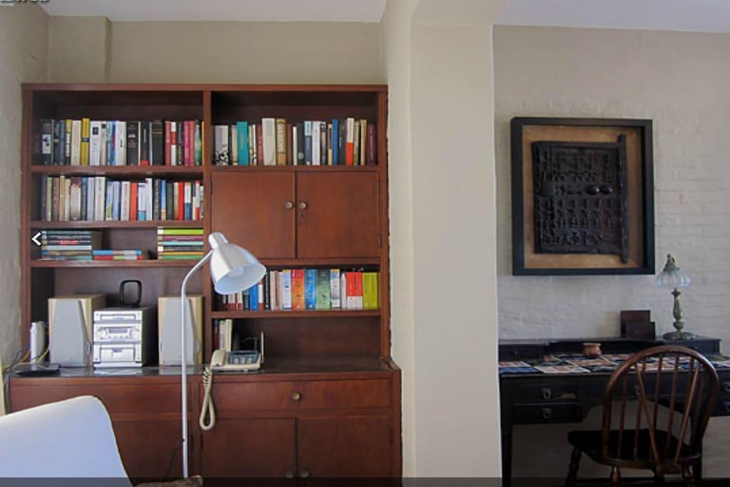 Biblioteca y escritorio