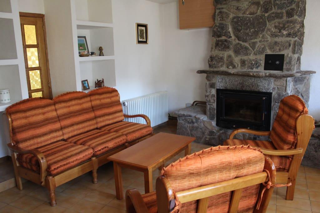 Gran salón donde podrás disfrutar en invierno de buenas tertulias al amor de la lumbre