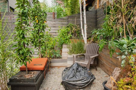 Bed & Bath + Garden Oasis = Peace - Seattle - House