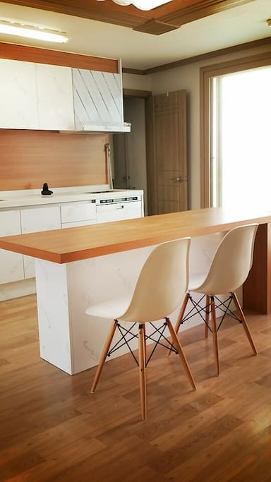 wide table make people(up to 7)  comfortable (3/5)