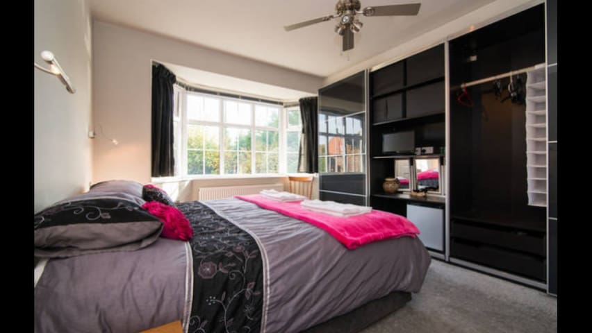 Double Bedroom ( 3 of 4 ) in Knutsford, Cheshire.
