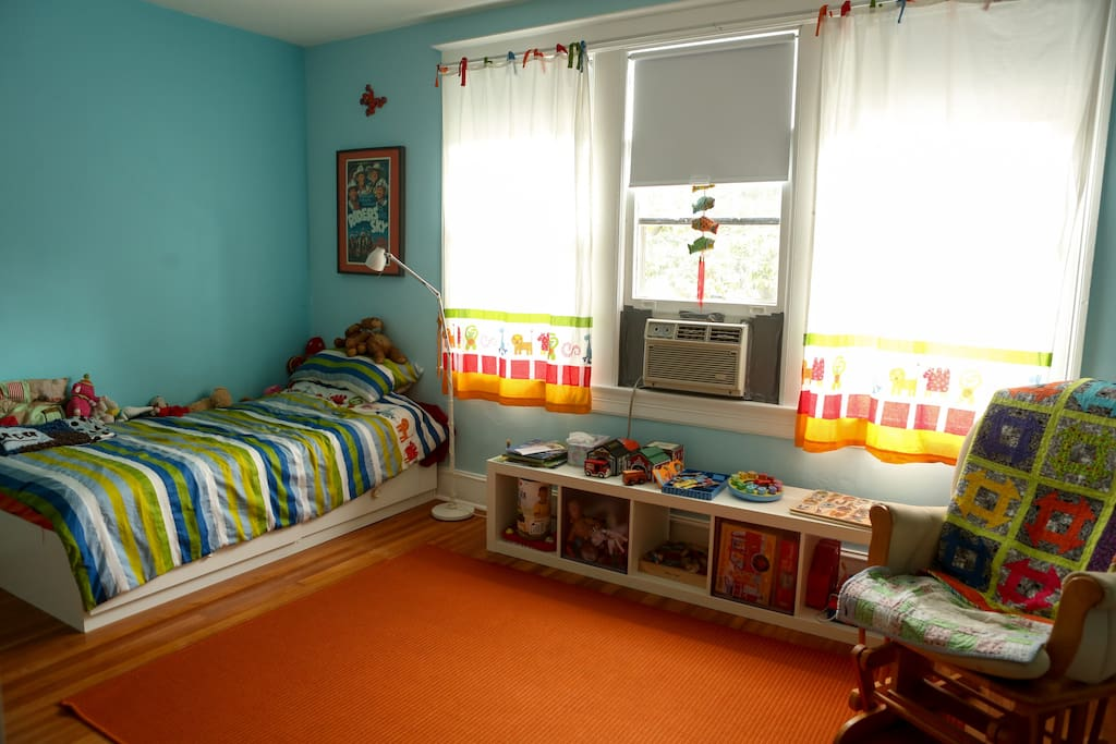 Kids room (or visiting adults (2 single beds) - Large room with lots of natural light.