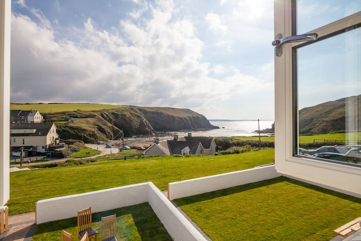 Guillemot Cottage | Pet Friendly on Seafront