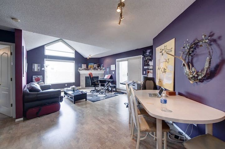 Artsy condo bedroom w/mtn view, close to amenities - Calgary - Apartment
