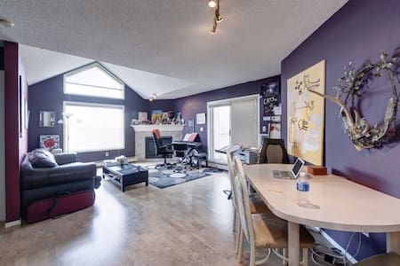 Artsy condo bedroom w/mtn view, close to amenities - Calgary - Pis