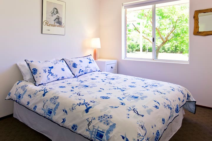Red Cat Shack - 2nd bedroom with queen bed, overlooking the garden.