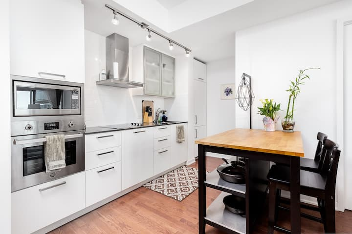 Stylish Bright 1 Bedroom with Balcony and View