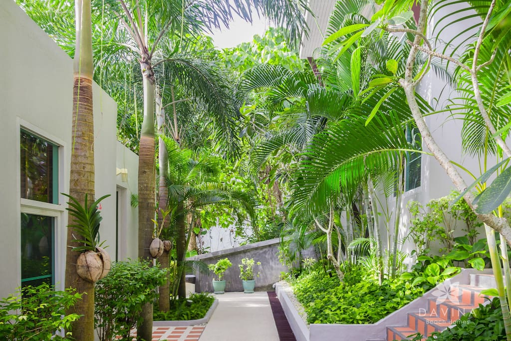 Twin Loft Retreat, although without a jacuzzi, is attractive for the greenery that is comforting to the eyes, in front of your terrace
