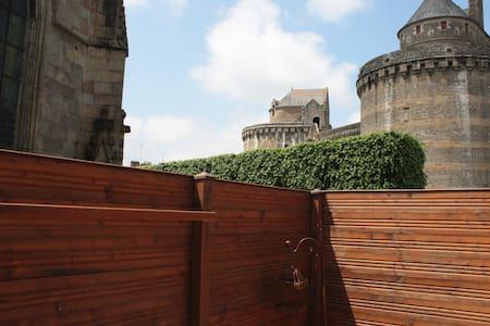 Maison d'artiste écologique au pied du château - Fougères