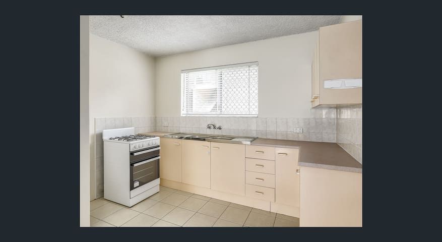 Entire 2 BR unit, Close to RBWH & Airport link