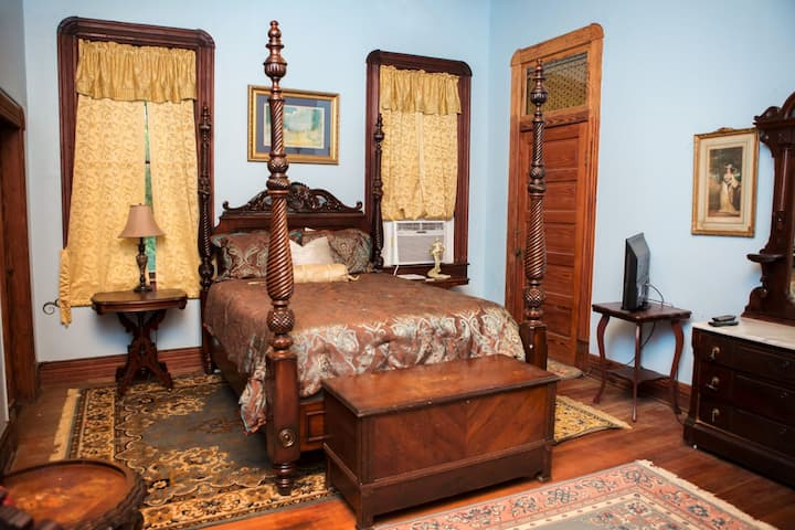 The Bonnie Blue Room in Blythewood Plantation