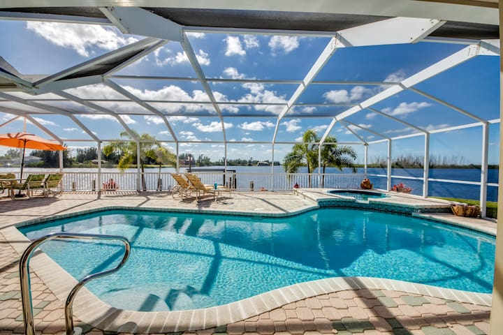Villa Laguna Lake ~ Breathtaking Sunsets! - Cape Coral
