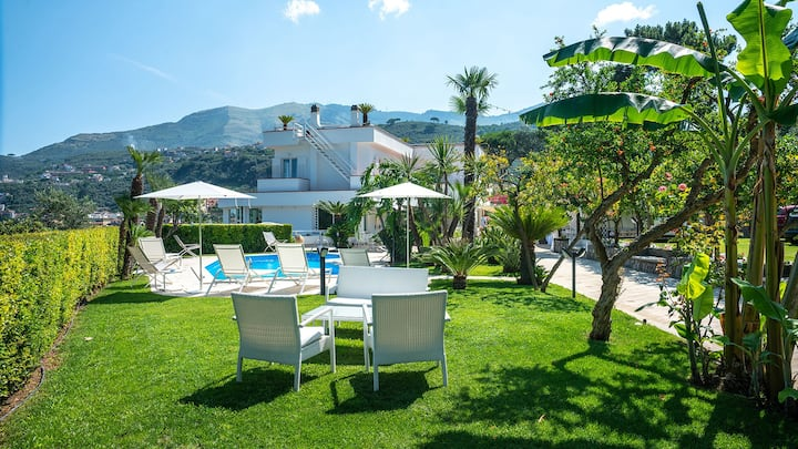 Villa Romeo with Sea View, Private Pool, Garden and Parking