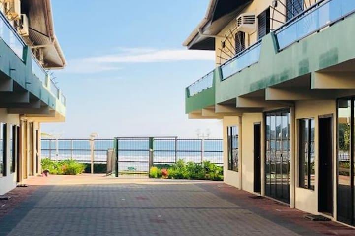 Em condomínio frente ao mar, duplex 4-06