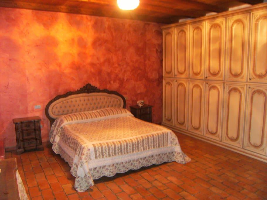 camera matrimoniale rossa n° 2