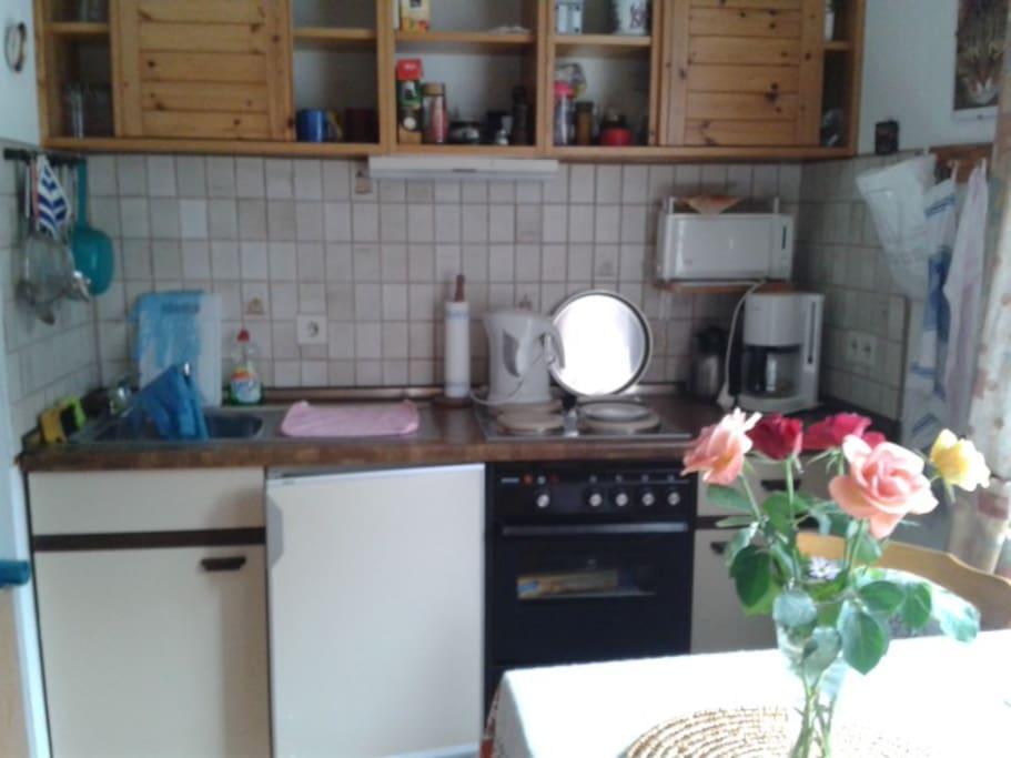 Küchenzeile mit sämtl. Haushaltsgeräten